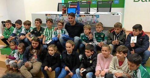Cejudo junto a los niños que han participado en la rueda de prensa.