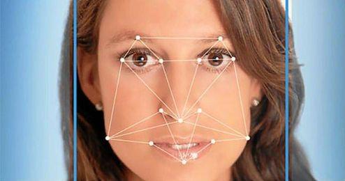 Funciona a partir de comparaciones entre los atributos de la cara de la persona a identificar y los de millones de individuos con características similares.