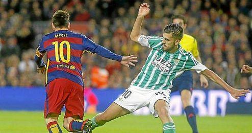 Ceballos en un lance ante Leo Messi.
