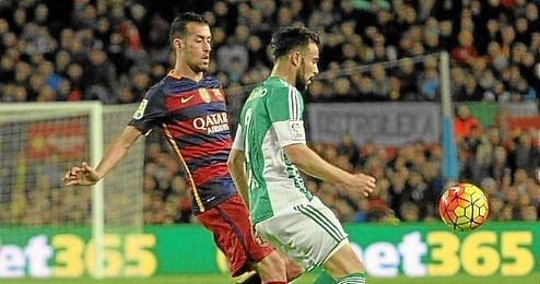 Busquets y Molinero, en un lance del Barcelona-Betis.