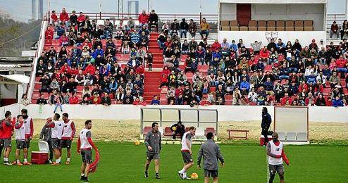Los jugadores se entrenaron ante sus aficionados.