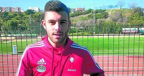 Luis Rioja posa para ESTADIO con la equipación del Celta en el Primero de Mayo.