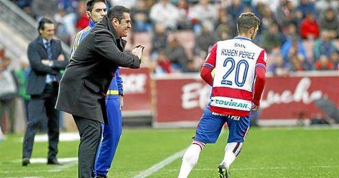 Sandoval da unas indicaciones a Rubén Pérez.