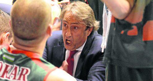 Casimiro dando indicaciones a sus jugadores.