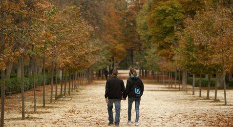 Imagen de una pareja paseando en el Parque del Retiro