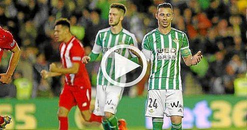Rubén Castro se lamenta tras fallar el penalti en la ida del derbi copero.