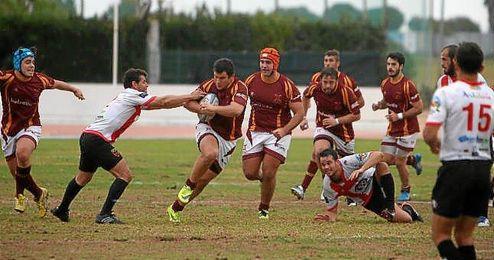 Imagen de un lance de juego entre el Helvetia y el Almería.