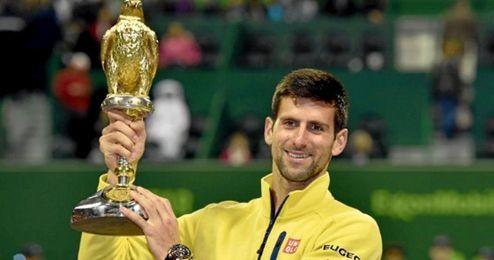 Djokovic posa con el trofeo.