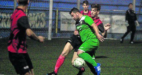 El delantero palaciego Guardiola en el partido disputado entre La Liara y el Paradas