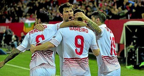 Los jugadores del Sevilla celebran el 1-0 al Athletic Club.