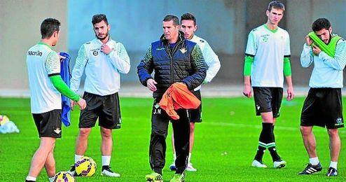 En la imagen, Juan Merino dirigiendo un entrenamiento.