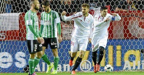 Reyes celebra el 1-0 junto a Llorente.