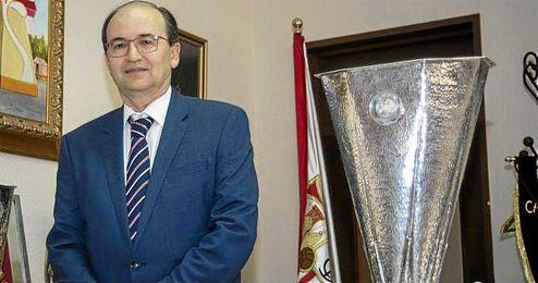 José Castro junto a una de las dos Europa League conquistadas durante su mandato.
