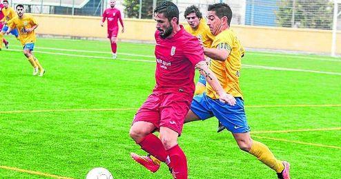 El capitán de la Rociera David Antón presiona a Sergio Iglesias (Antoniano) en un encuentro de esta Liga.