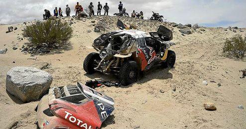El coche de Sainz parado en mitad del desierto.