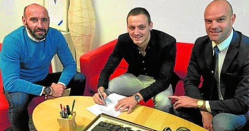 Andrija Vukcevic posa junto a Monchi e Igor Gluscevic durante la firma de su contrato.