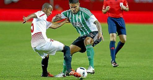 Marino, en un lance con Vargas en el derbi del Sánchez Pizjuán.