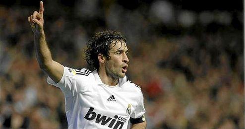 Raúl González, celebrando un tanto con la camiseta del Real Madrid.