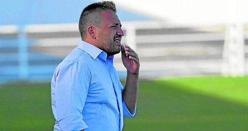 En la imagen, el técnico de la AD Cerro del Águila, Domingo Caro.