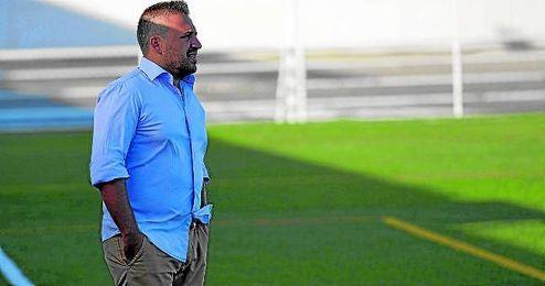 Domingo Caro, entrenador del Cerro, pendiente de su equipo durante un encuentro.