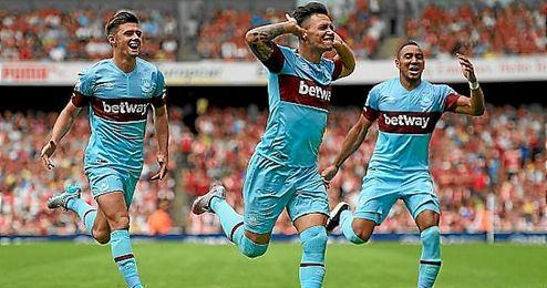 Z�rate celebra un gol con el West Ham.