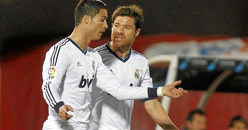 En la imagen, Xabi Alonso, en su etapa merengue, charlando con Cristiano Ronaldo.