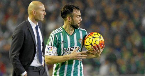 Molinero, en un lance del partido entre el Betis y el Real Madrid.