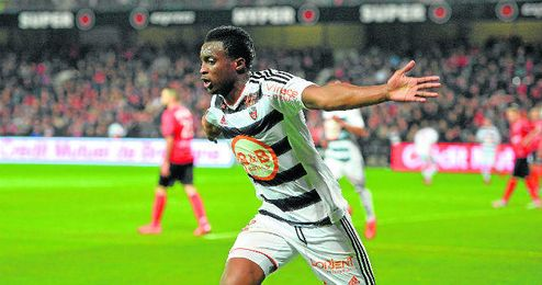 Moukandjo celebrando un gol con el Lorient.