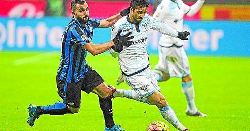Martín Montoya trata de frenar al extremo zurdo de la Lazio Felipe Anderson.