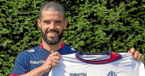 En la imagen, Jose Manuel Casado posando con la camiseta del Bolton.