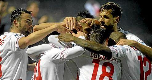 Los jugadores del Sevilla celebran un gol en Anduva.