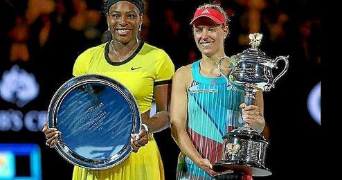 Serena y Kerber posan con sus trofeos del Abierto de Australia.