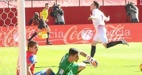 Gameiro celebra su gol, que hizo a los 52 segundos del comienzo.