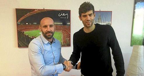 Fazio posa junto a Monchi tras firmar su nuevo contrato con el Sevilla.