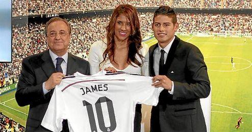 James Rodríguez junto a su esposa en la presentación.