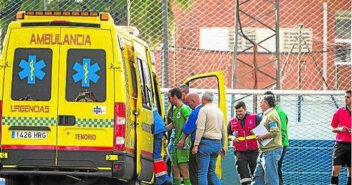 En la imagen, Miguel Pe�a la campa�a pasada en Castilleja, retir�ndose por un golpe en la cabeza.