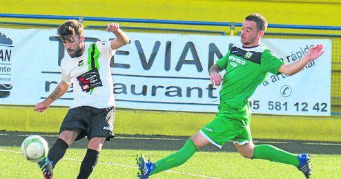 En la imagen, lance de La Liara-Coronil disputado el pasado domingo, con victoria verdinegra por 0-1.