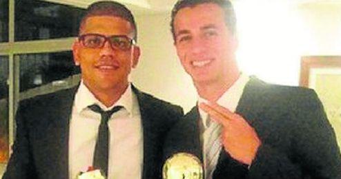 Leandro Damiao posa junto a su agente, Vinicius Prates.