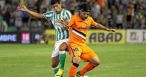 Lance de juego entre Juanfran y Banega en un Betis-Valencia.
