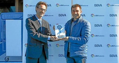 Asier Garitano recogiendo el premio al mejor t�cnico de enero en la Liga Adelante