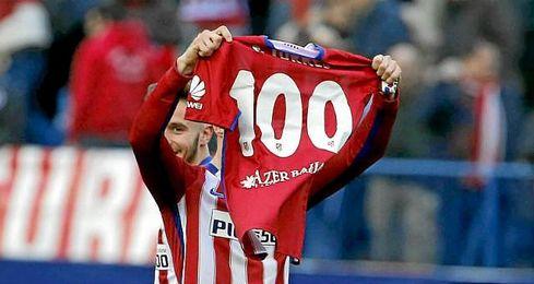 El de Fuenlabrada celebra el tanto conseguido ante el Eibar con una camiseta que le dieron sus compañeros.