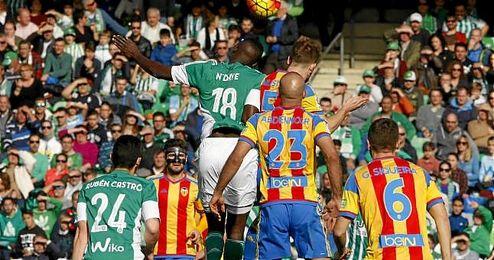 Lance del partido entre Betis y Valencia disputado en el Villamarín.