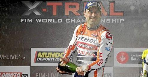 En la imagen, el piloto Toni Bou celebrando la victoria en el podio.