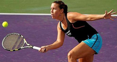 En la imagen, la tenista Laura Pous restando una bola.