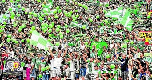 Aficionados del Betis en las gradas del estadio Benito Villamar�n.
