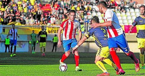 En la imagen, Javi Medina disputando un partido ante el Cádiz en el Nuevo Mirador.