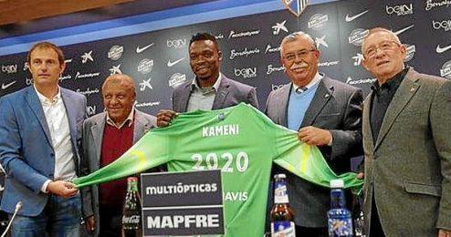 Kameni posa con los directivos del Málaga tras su renovación.