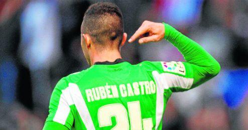 Un reivindicativo Rub�n Castro se se�ala su nombre tras marcar un gol en Riazor.
