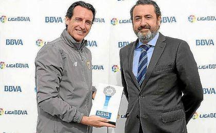 Emery, con el premio que le otorga como mejor entrenador de enero.