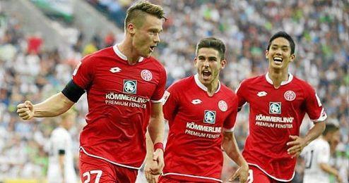En la imagen, el c�ntabro celebra un gol junto a sus compa�eros.